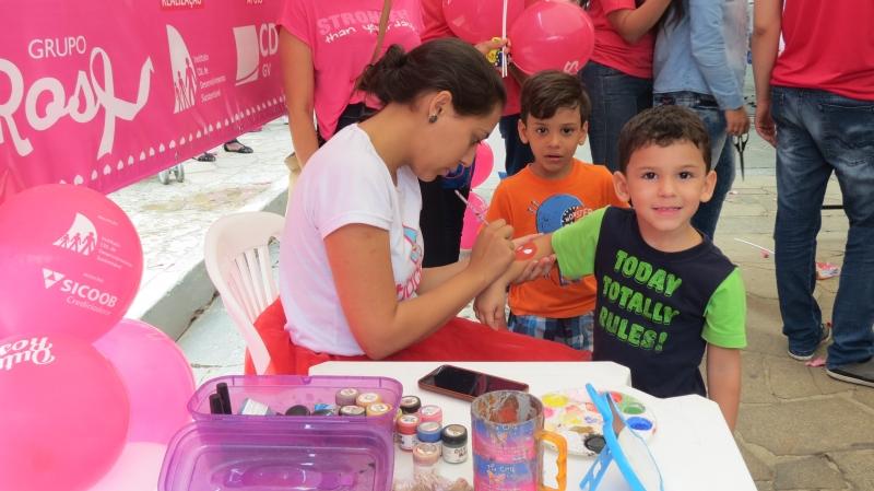 Caminhada encerra atividades do Outubro Rosa em Governador Valadares
