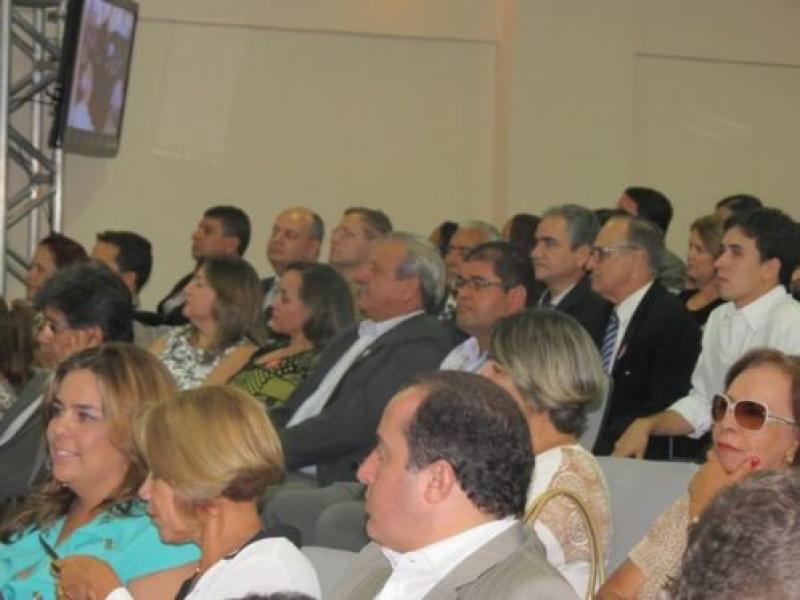 Anastasia assina ordem de início das obras do Hospital Regional de Valadares