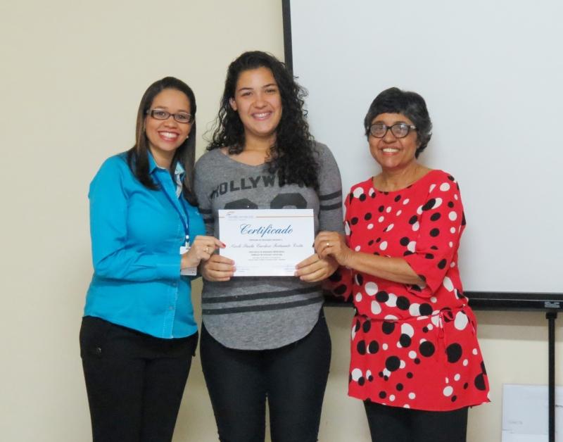 Alunos do curso de Office Boy e Office Girl recebem certificado de conclusão de curso